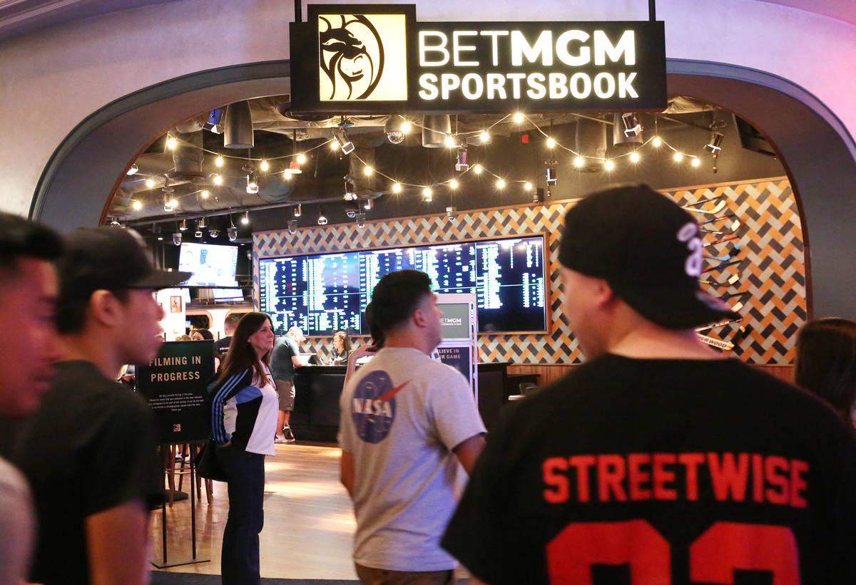 Turistas pasan por delante de la nueva casa de apuestas deportivas de Park MGM el viernes, 6 de ...