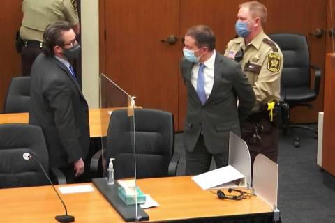 En esta imagen de video, el ex-oficial de policía de Minneapolis, Derek Chauvin, en el centro, ...