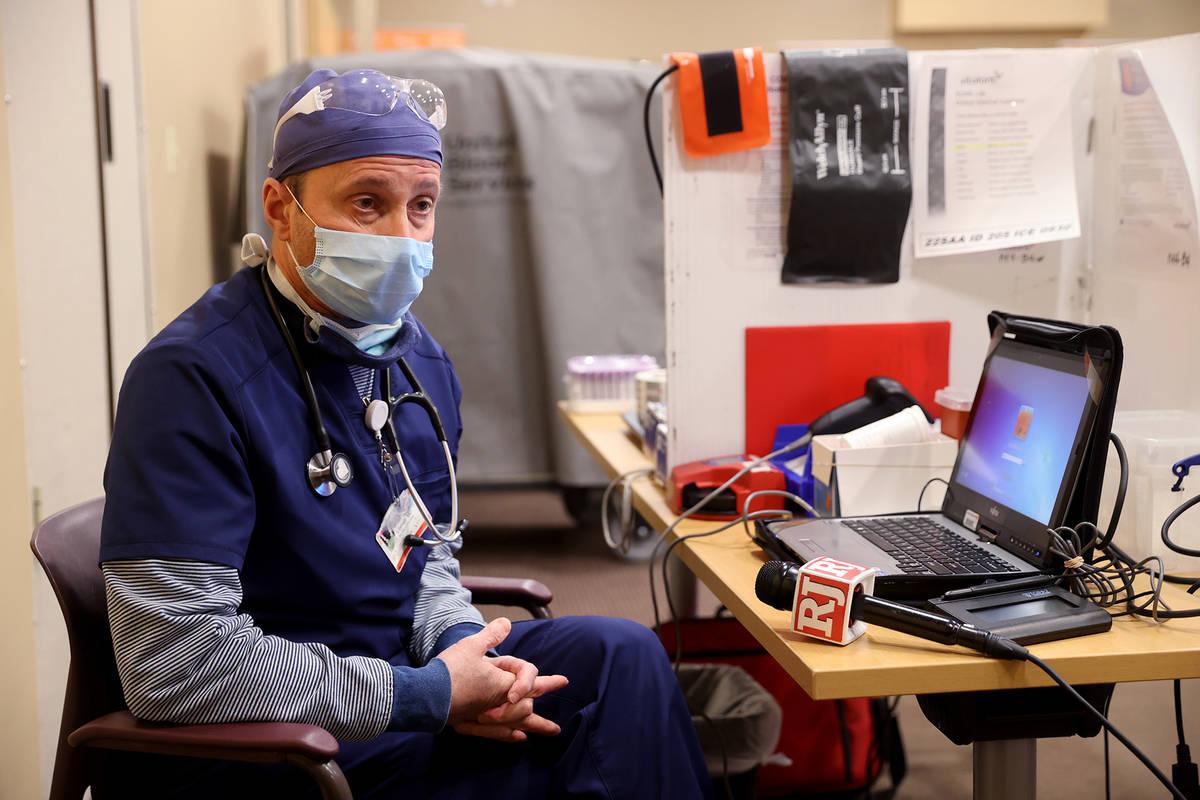 El doctor Brian Lipman habla con un reportero en el St. Rose Dominican Hospital, Siena campus e ...