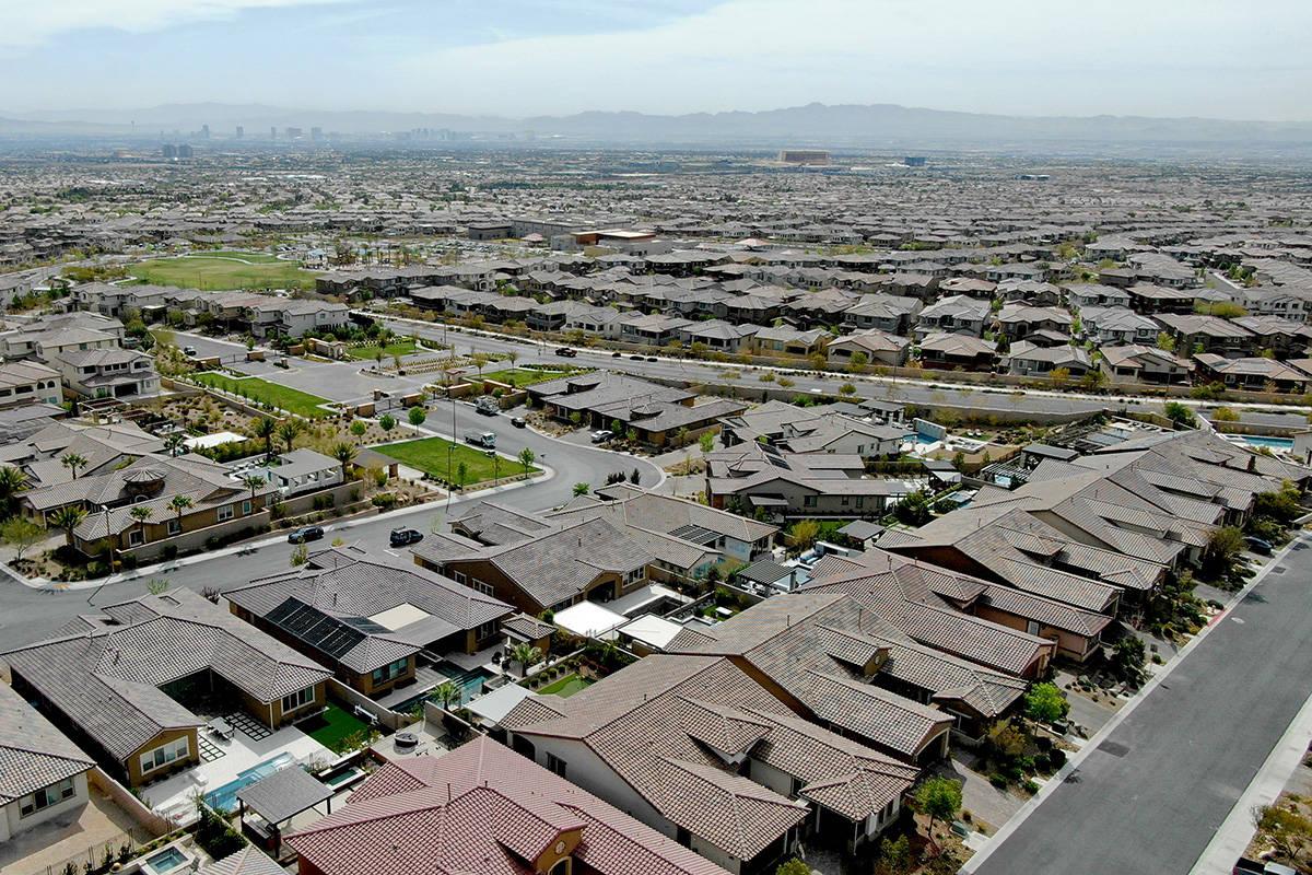 Una vista aérea de las urbanizaciones cerca de Far Hills Avenue y 215 Beltway en la zona de Su ...