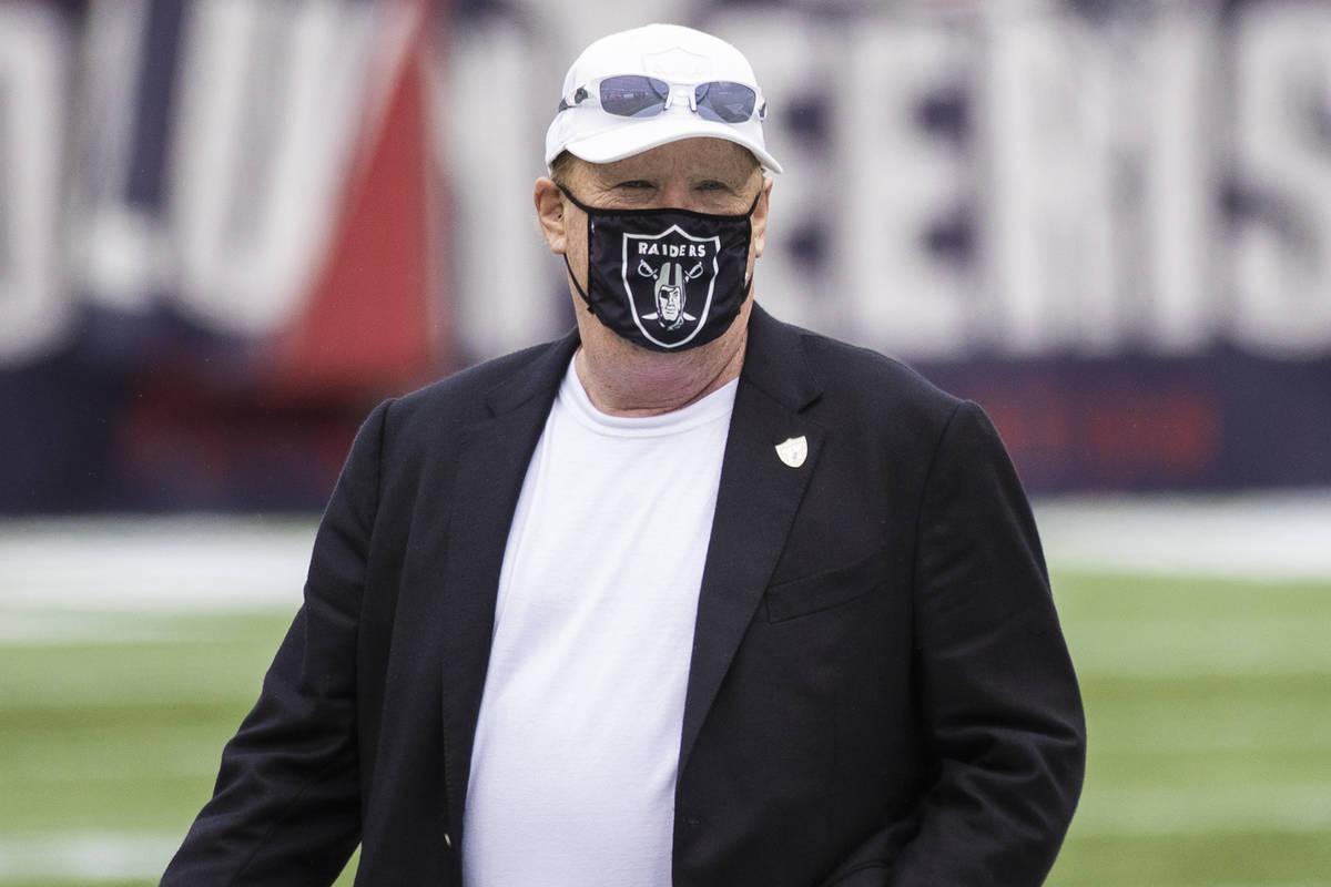 El propietario de los Raiders de Las Vegas, Mark Davis, en el calentamiento antes del inicio de ...