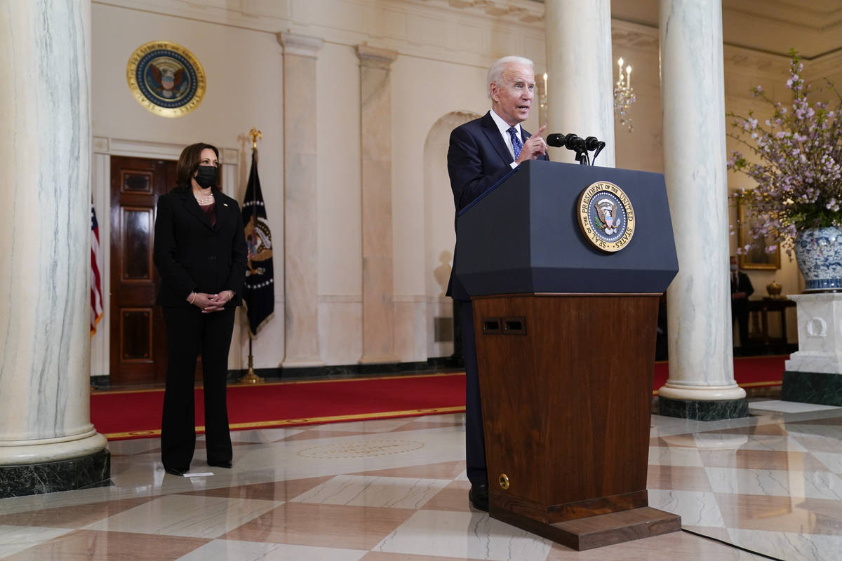 El presidente Joe Biden, acompañado por la vicepresidenta Kamala Harris, habla el martes 20 de ...