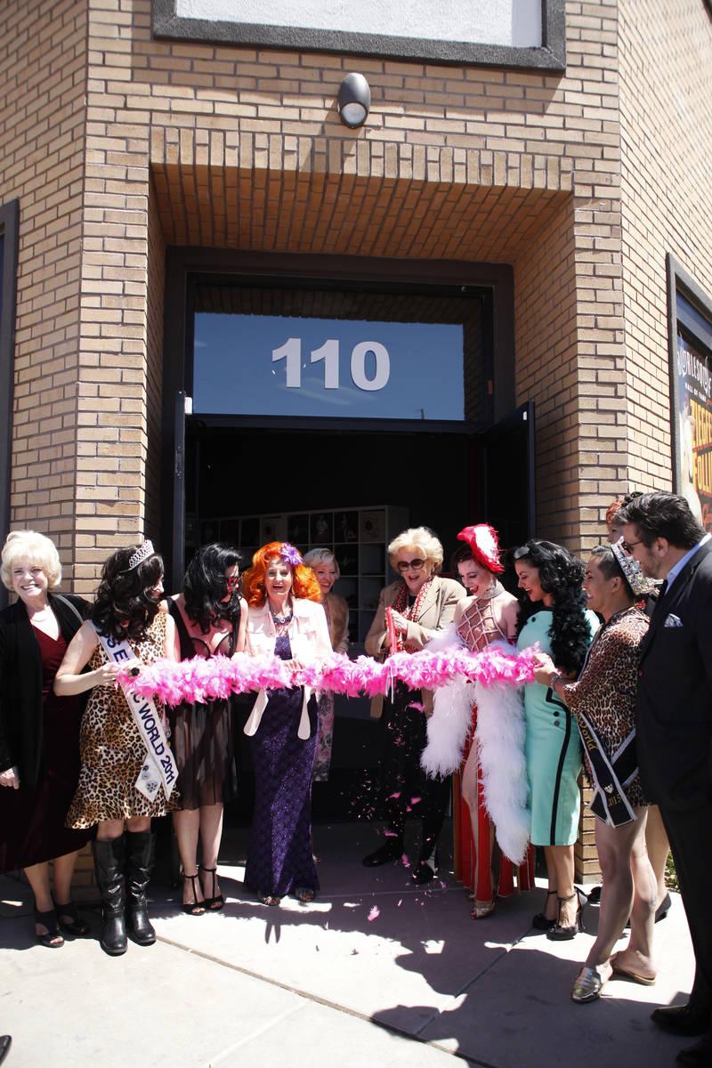 La alcaldesa de Las Vegas, Carolyn Goodman, corta la boa rosa para inaugurar formalmente el Bur ...