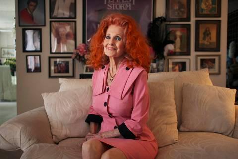 La leyenda burlesque Tempest Storm posa para un retrato en su casa de Las Vegas el 9 de junio d ...