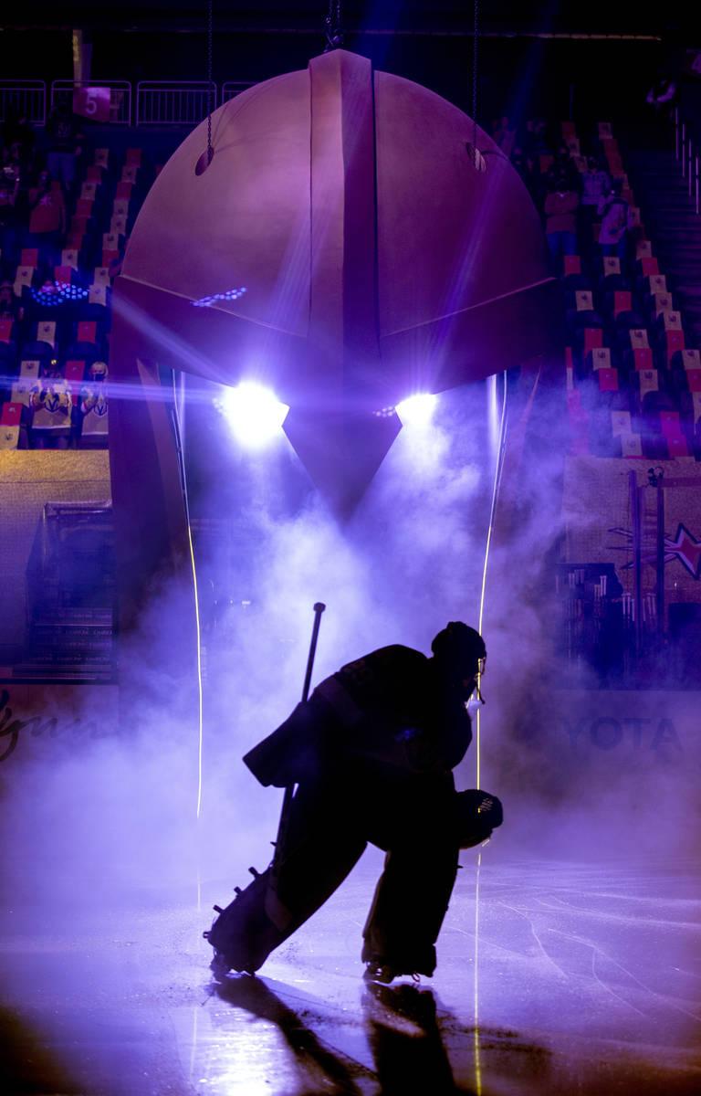 El portero de los Golden Knights, Marc-André Fleury (29), entra en el hielo para luchar contra ...