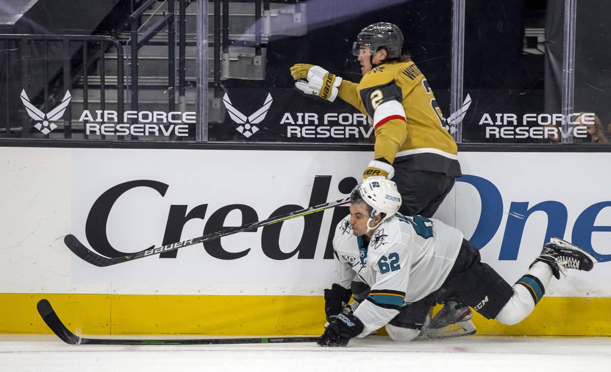El defensa de los Golden Knights Zach Whitecloud (2) lanza el puck mientras el ala derecha de l ...