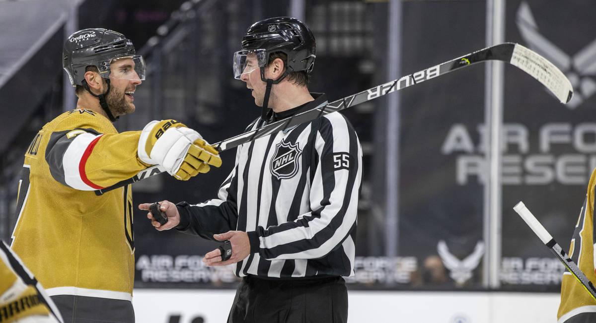 El defensa de los Golden Knights Alex Pietrangelo (7) se queja con un árbitro durante el prime ...