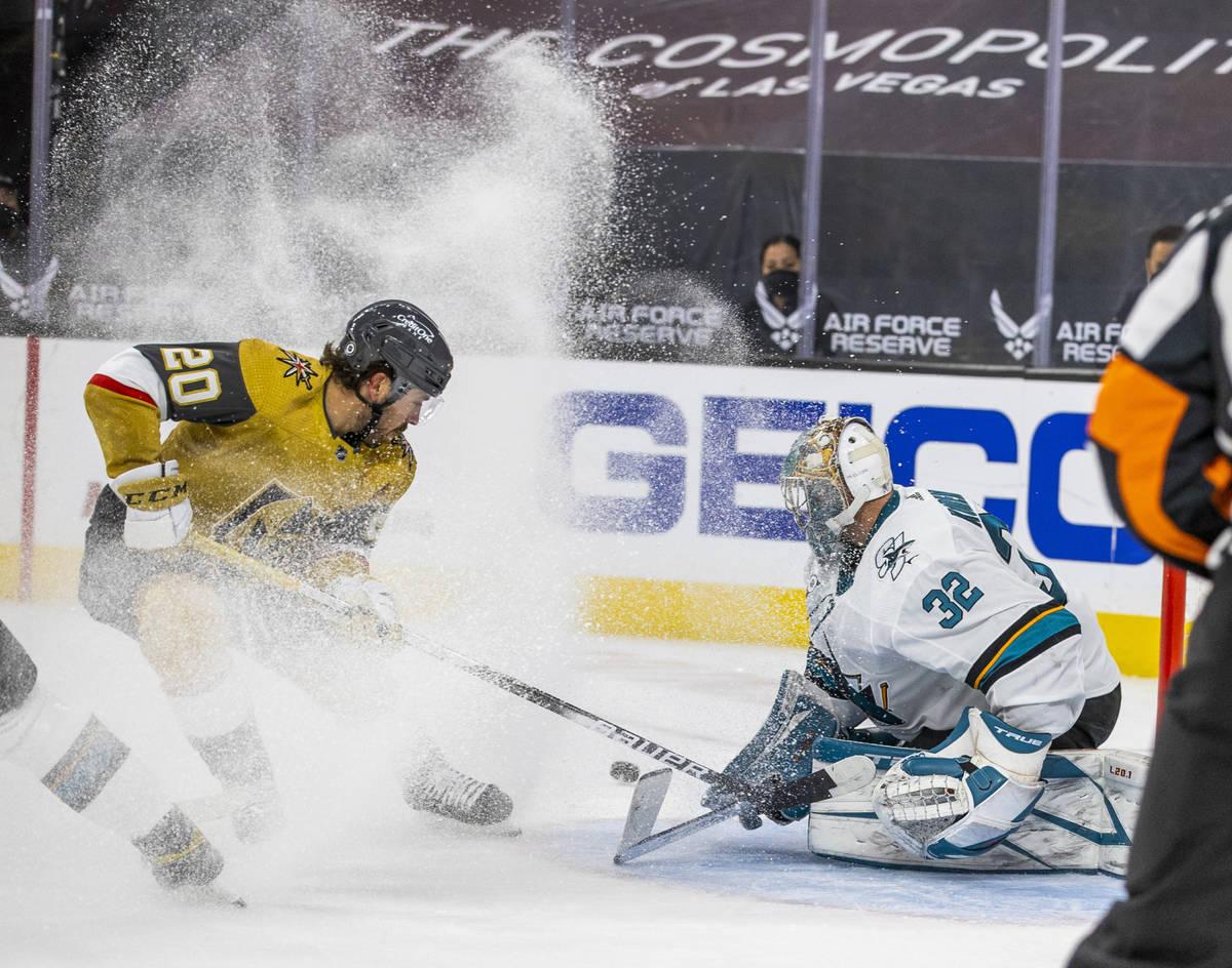 El centro de los Golden Knights, Chandler Stephenson (20), recibe hielo en la cara mientras int ...