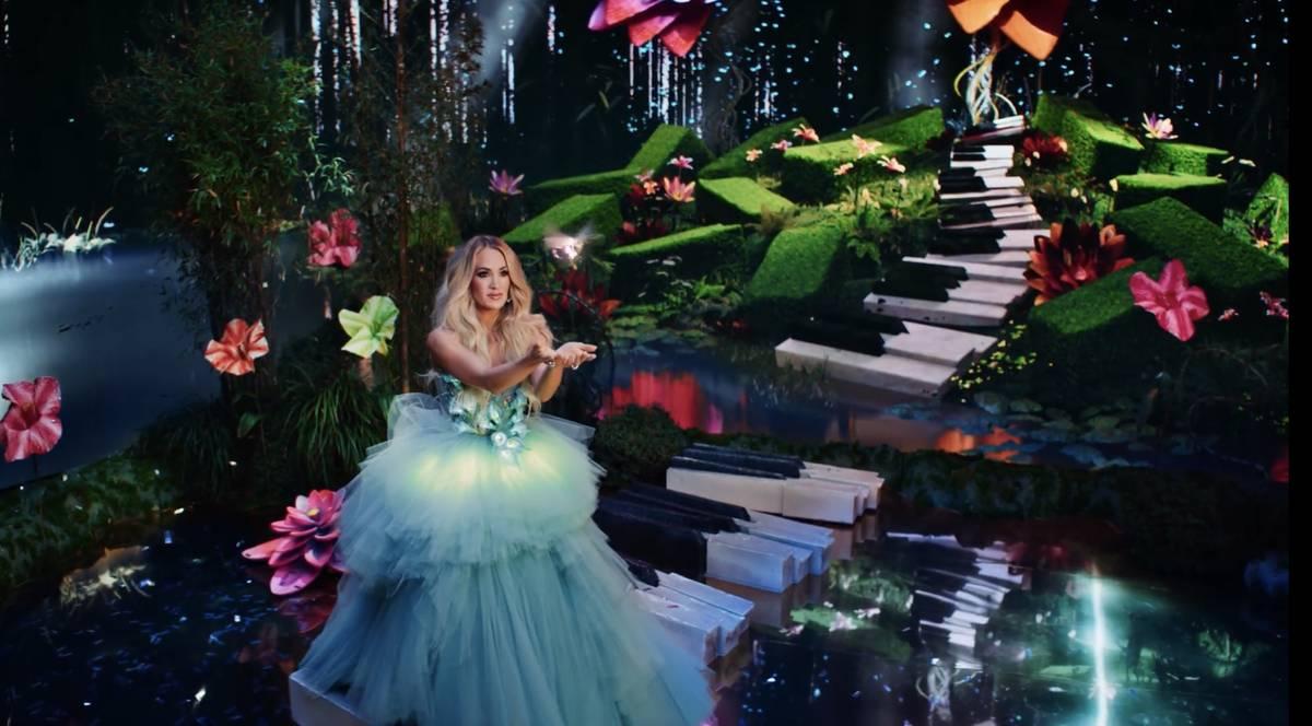 """Carrie Underwood en el nuevo anuncio de Resorts Worlds Las Vegas, """"Stay Fabulous"""", que promocio ..."""