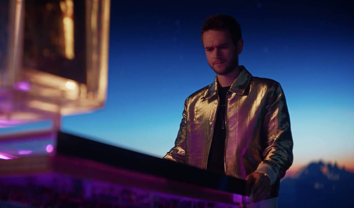 """Zedd en el nuevo anuncio de Resorts Worlds Las Vegas, """"Stay Fabulous"""", que promociona la alinea ..."""
