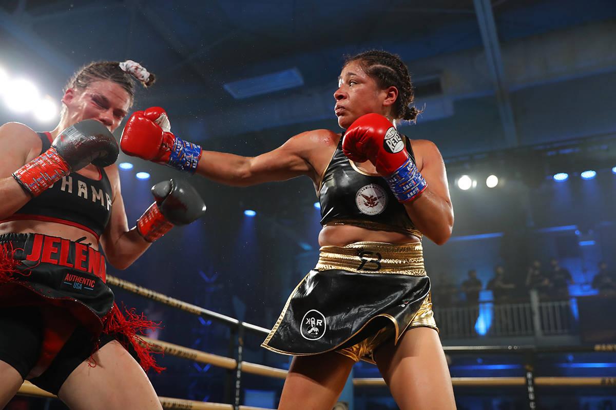 Erika Ruíz, derecha, se coronó campeona mundial -peso pluma- al derrotar a Jelena Mrdjenovich ...