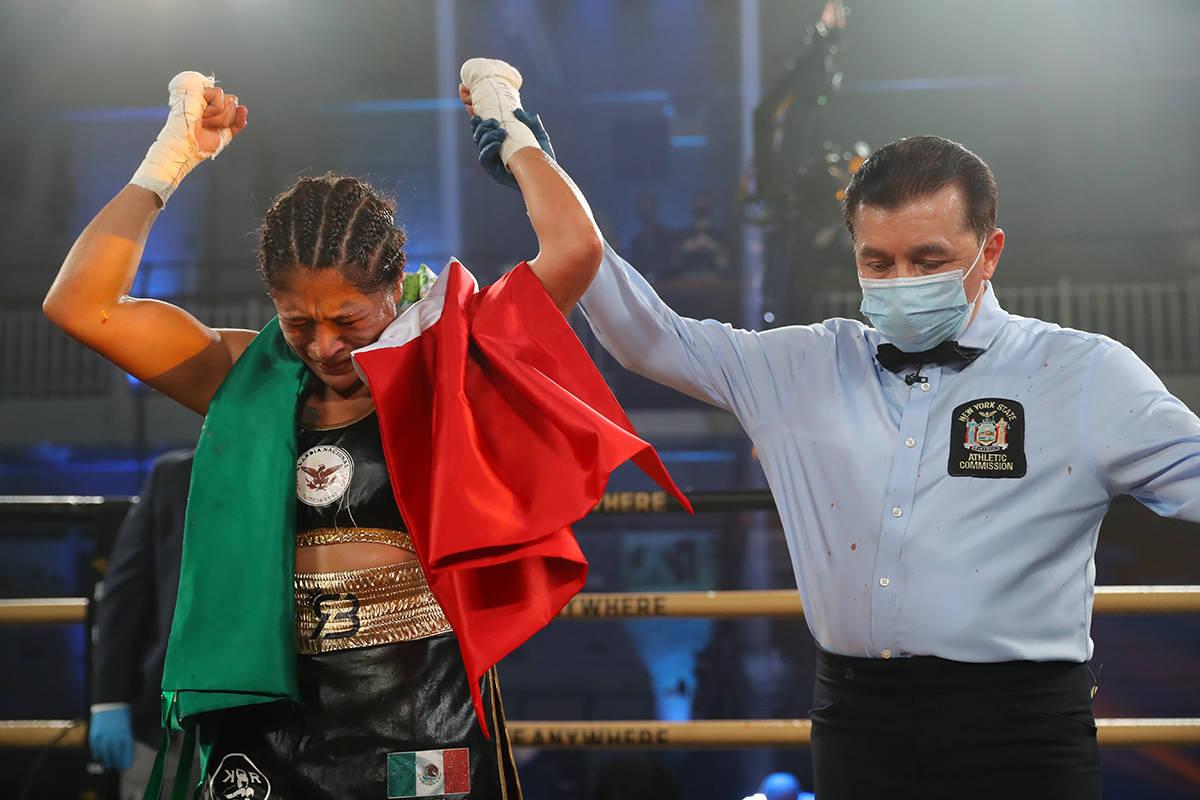 Erika Ruíz no podía hablar, el llanto y las emociones la desbordaron y con una bandera mexica ...
