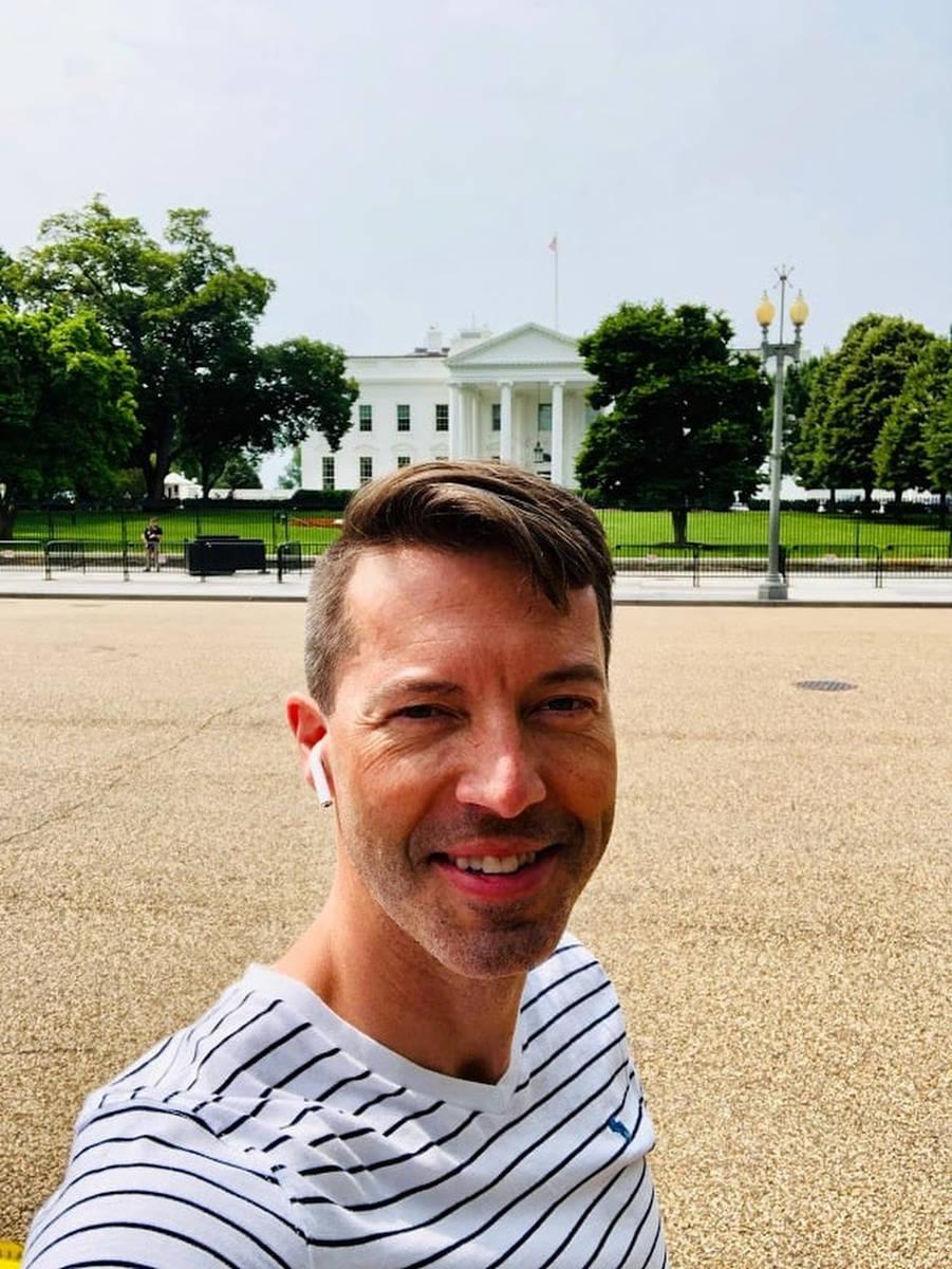 Daniel Halseth frente a la Casa Blanca en esta imagen publicada en Facebook el 2 de noviembre d ...