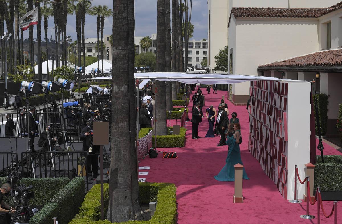 Paul Raci, a la izquierda, y Liz Hanley Raci llegan a los Oscars el domingo, 25 de abril de 202 ...