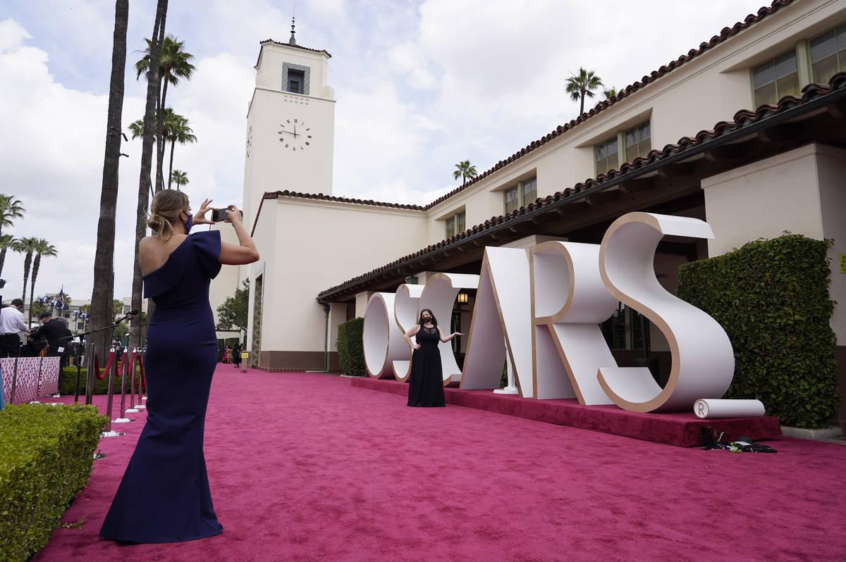 Una vista de la alfombra roja aparece antes del comienzo de los Oscars el domingo, 25 de abril ...