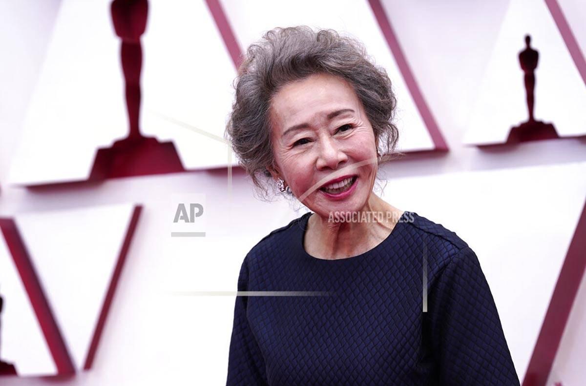 Youn Yuh-jung llega a los Oscars el domingo, 25 de abril de 2021, en Union Station Los Ángeles ...