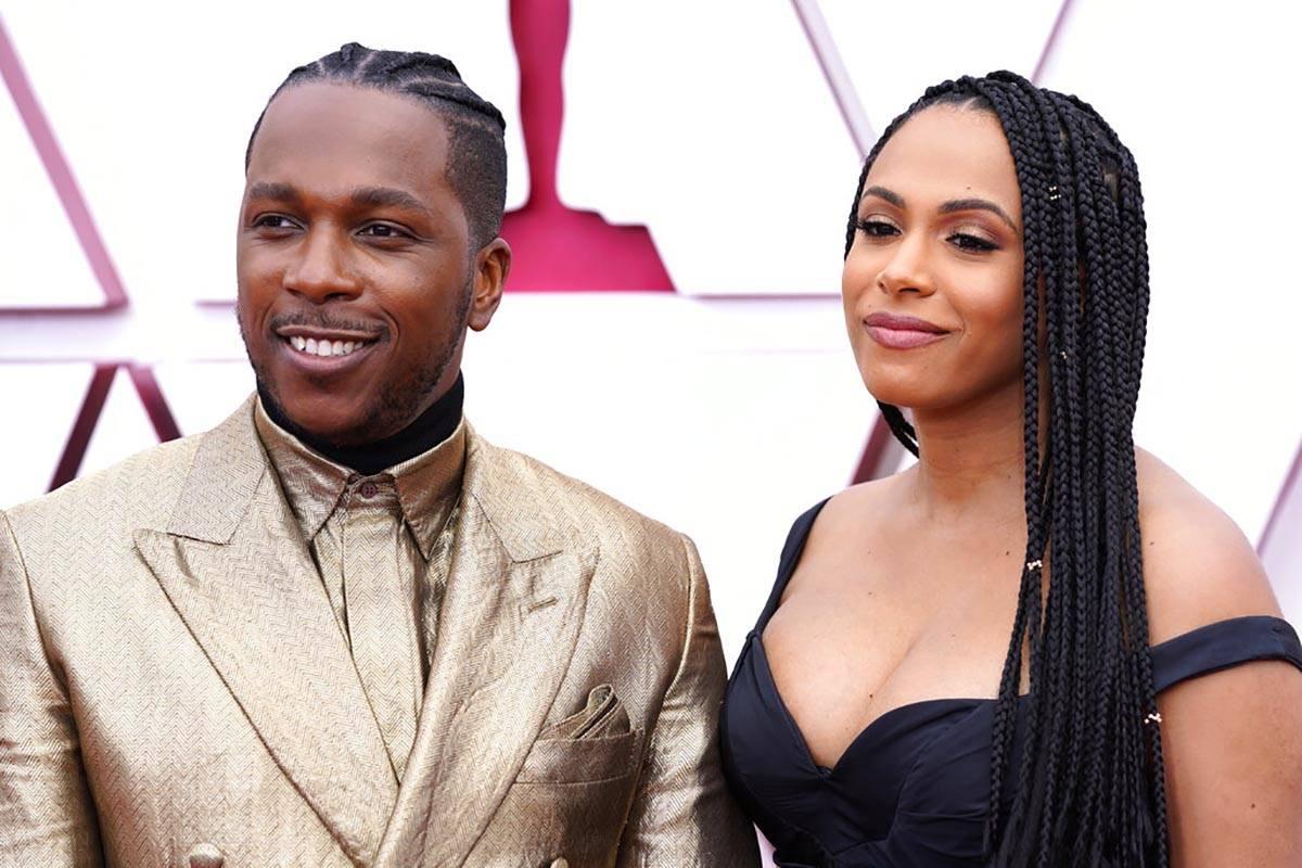 Leslie Odom Jr, a la izquierda, y Nicolette Robinson llegan a los Oscars el domingo, 25 de abri ...