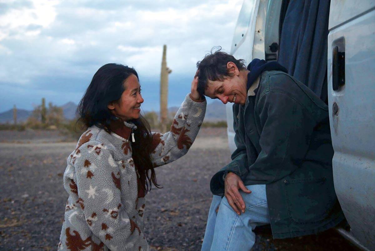 """La directora Chloe Zhao, a la izquierda, aparece con la actriz Frances McDormand en el set de """" ..."""