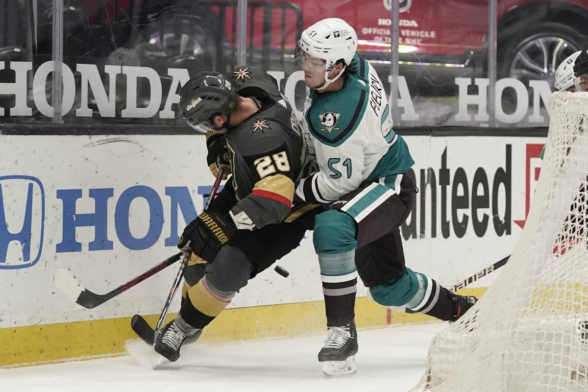 Haydn Fleury, de los Anaheim Ducks, a la derecha, defiende contra William Carrier, de los Vegas ...