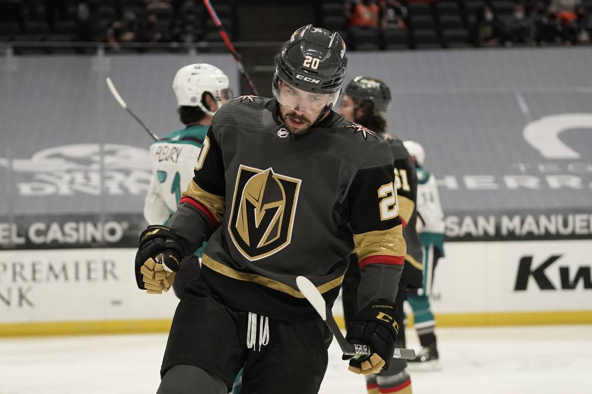 Chandler Stephenson, de los Vegas Golden Knights, celebra su gol durante el primer periodo de u ...
