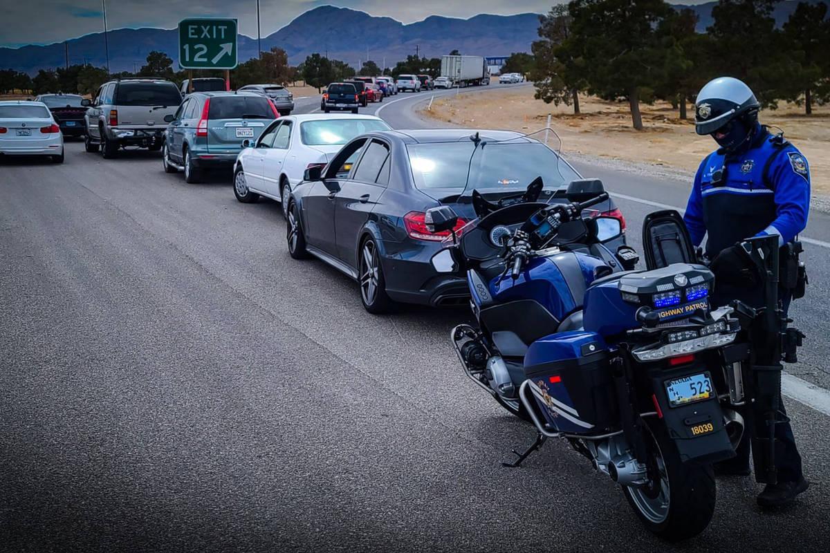 Un agente de la Nevada Highway Patrol detiene a conductores por circular por el arcén de la ca ...