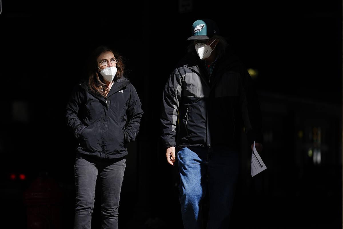 En esta fotografía de archivo del miércoles 3 de marzo de 2021, personas que llevan cubiertas ...