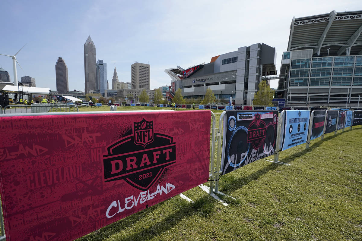 Letreros del Draft de la NFL decoran la zona de experiencia de los fans cerca del First Energy ...