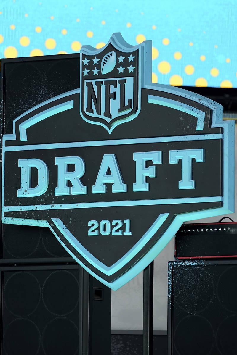 Una vista general del logo del Draft de la NFL 2021 el martes, 27 de abril de 2021, en Clevelan ...