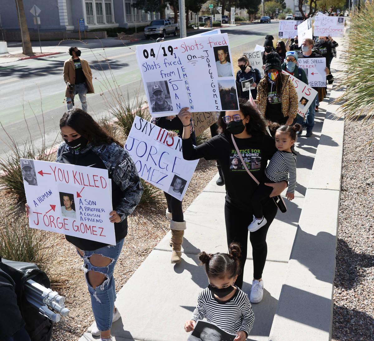 Manifestantes durante una marcha por Jorge Gómez, un manifestante de Black Lives Matter que fu ...
