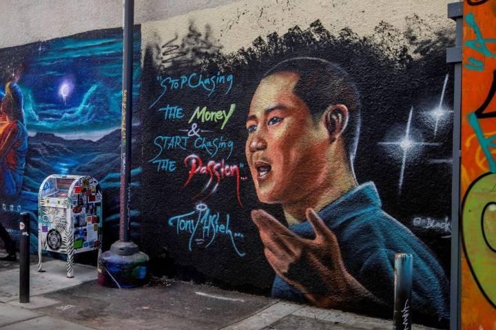 Un mural dedicado a Tony Hsieh en DT Alley, cerca de Fremont y 6th Street, en el centro de Las ...