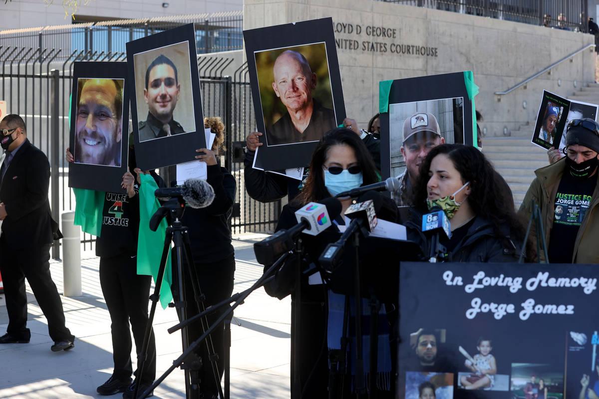 Entre las fotos que sostuvieron los activistas de la responsabilidad policial durante una manif ...