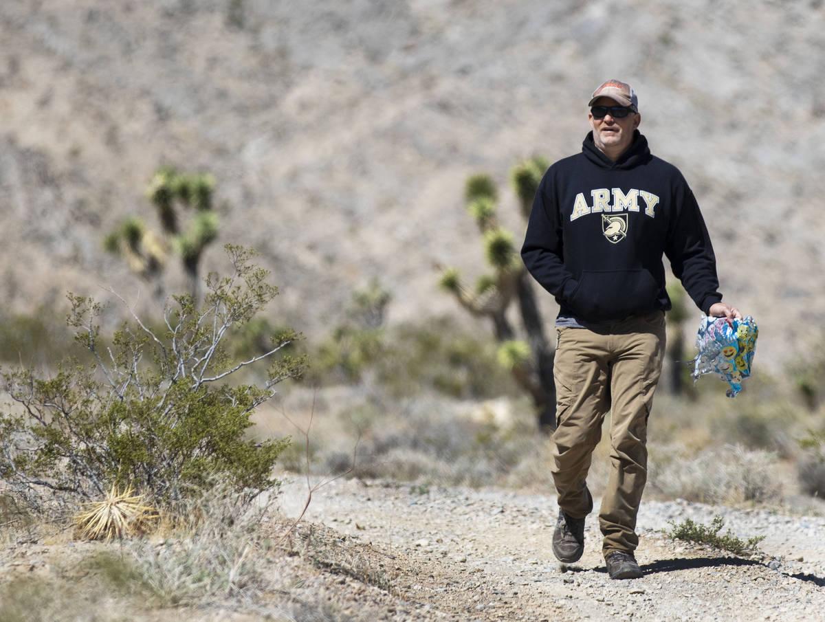 Bill Daniels recupera globos perdidos el sábado, 17 de abril de 2021, en Las Vegas. Su hijo de ...