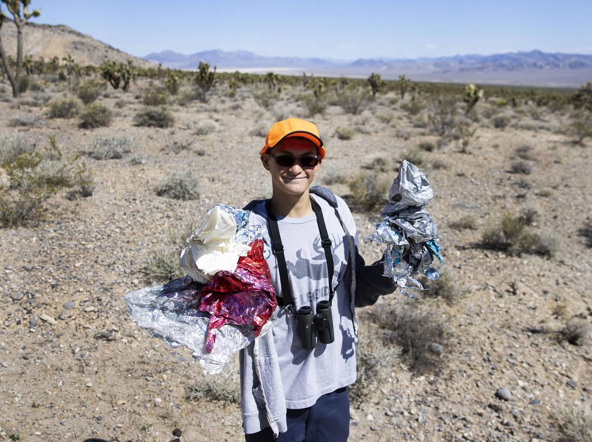 Christian Daniels, de 15 años, muestra los globos que encontró el sábado 17 de abril de 2021 ...