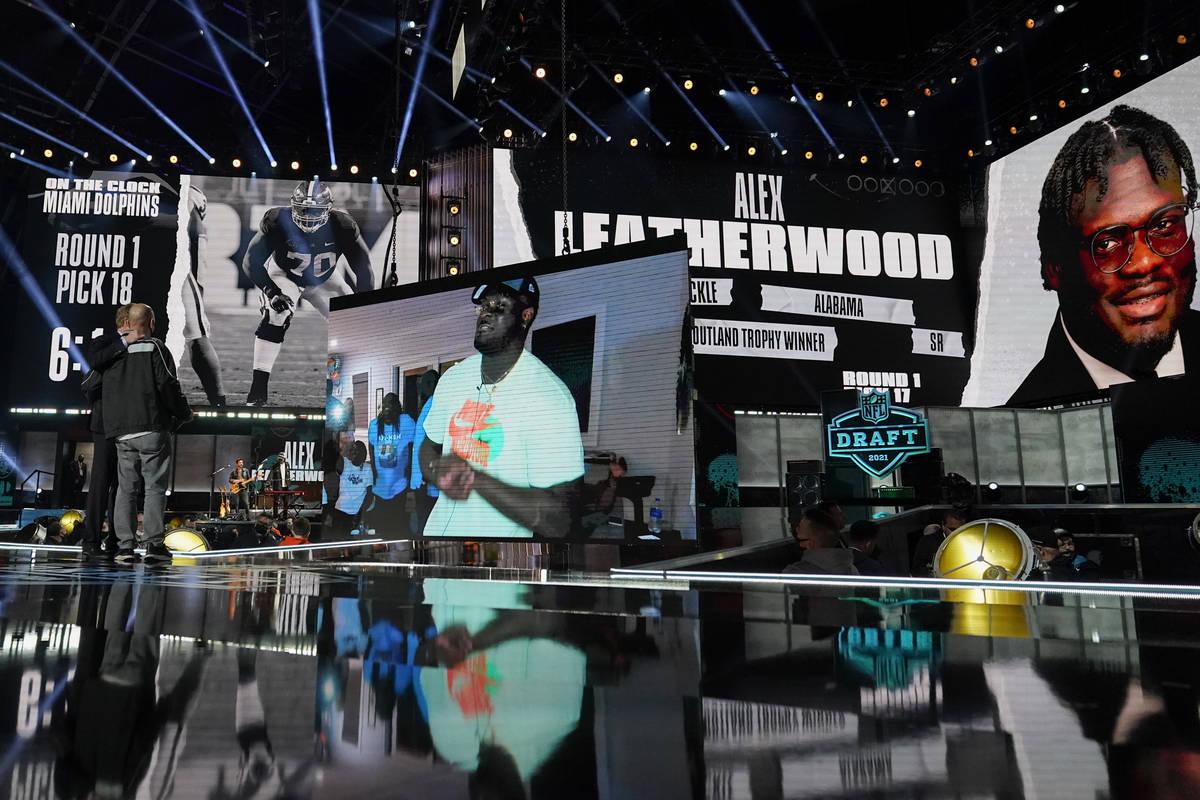 Una imagen del tackle de Alabama, Alex Leatherwood, se muestra en el escenario después de ser ...