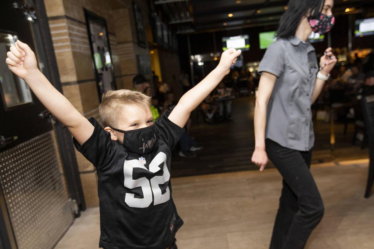 Benjamin Perks, de cinco años, de Las Vegas, aplaude justo antes de que los Raiders anunciaran ...