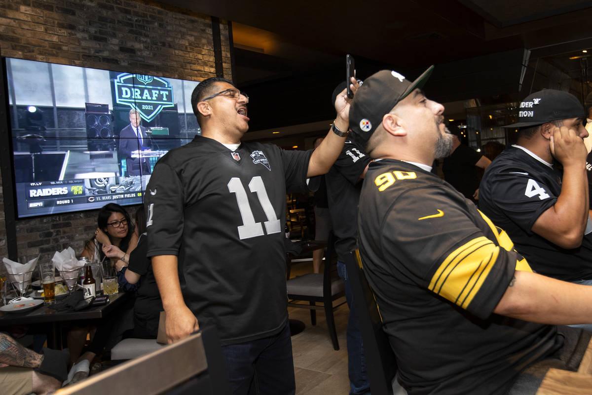 Frank Zacarías, a la izquierda, y Edward Hernández reaccionan mientras los Raiders anuncian a ...
