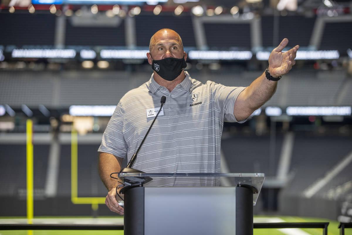 El exjugador de los Raiders de Los Ángeles/Oakland, Steve Wisniewski, habla con los medios de ...