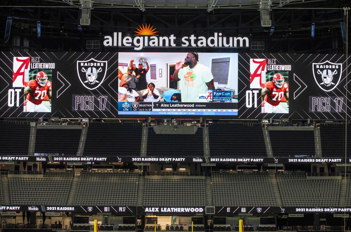 La sala del draft en toda una celebración mientras Alex Leatherwood de Alabama es anunciado co ...