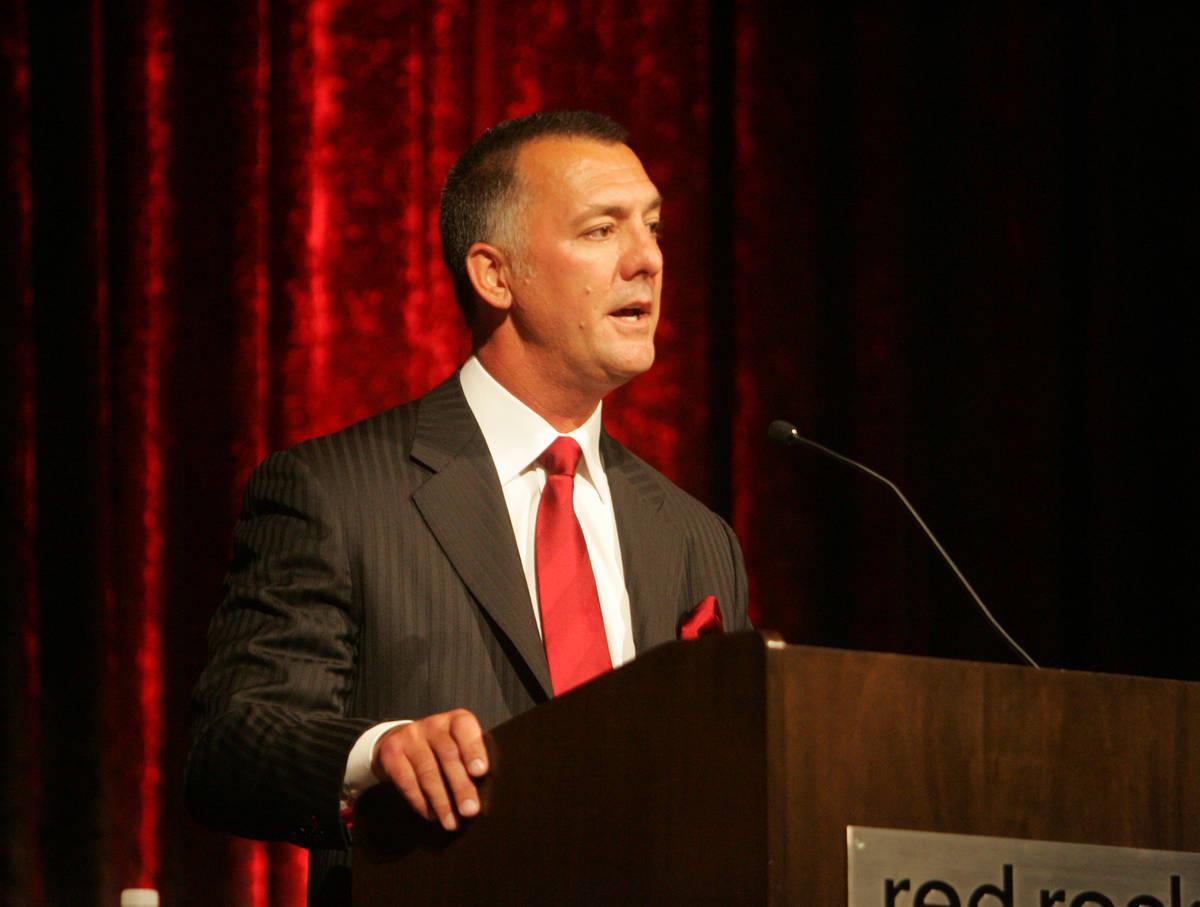 El presidente de Station Casinos, Frank Fertitta III, habla durante una reunión especial de ac ...