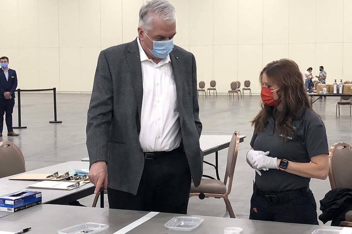 El gobernador Steve Sisolak visitó una clínica de vacunas en Mandalay Bay antes de su confere ...