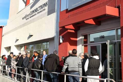 Gente espera en la fila del One-Stop Career Center en esta foto de archivo del 16 de marzo de 2 ...