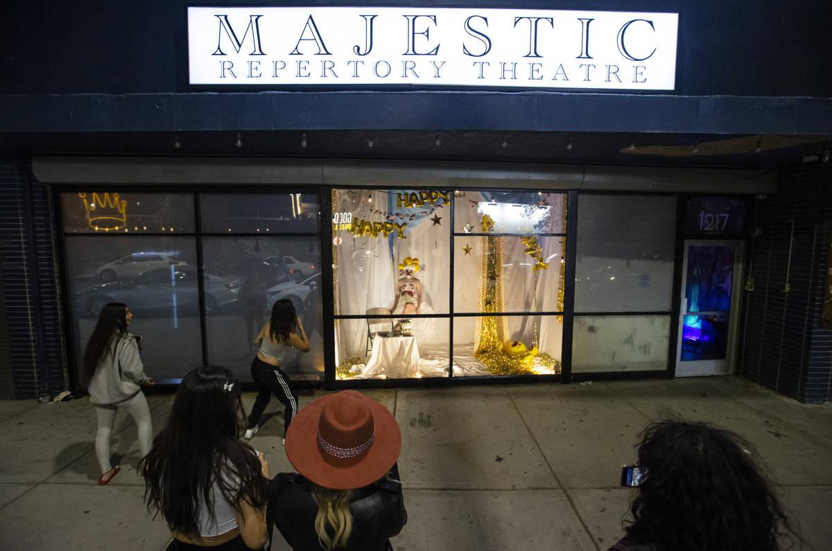 Transeúntes observan la presentación de Heidi Rider desde las ventanas del Majestic Repertory ...