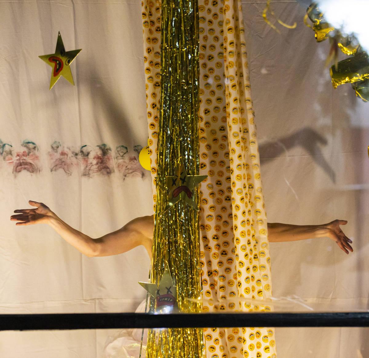 Heidi Rider se presenta desde las ventanas del Majestic Repertory Theatre, en el Arts District ...