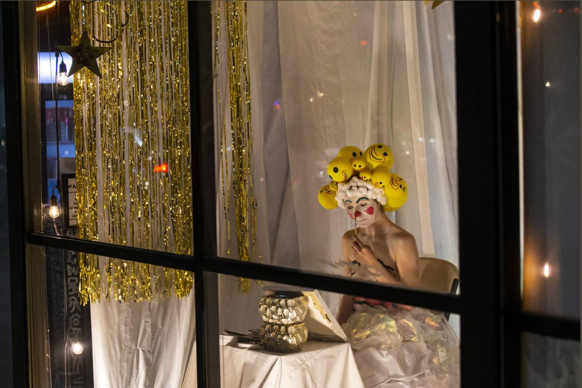 Heidi Rider actúa desde las ventanas del Majestic Repertory Theatre, en el Arts District del c ...