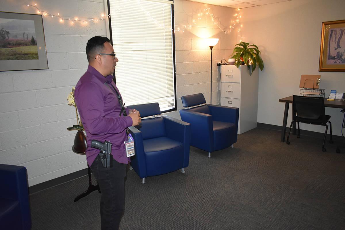 El detective Juan Fernández recibió a El Tiempo en el Family Justice Center para explicar el ...