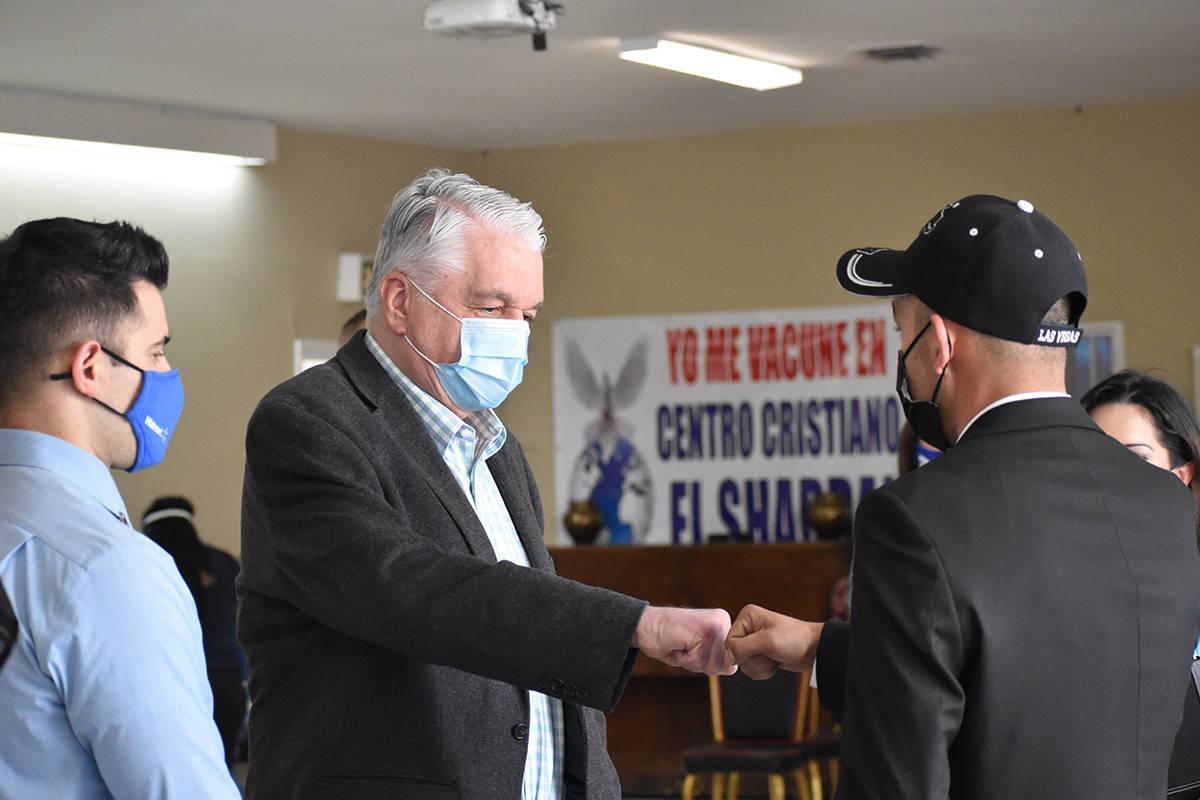 El pastor Marko Gamboa (de espaldas) recibió al gobernador del estado, Steve Sisolak. Michael ...
