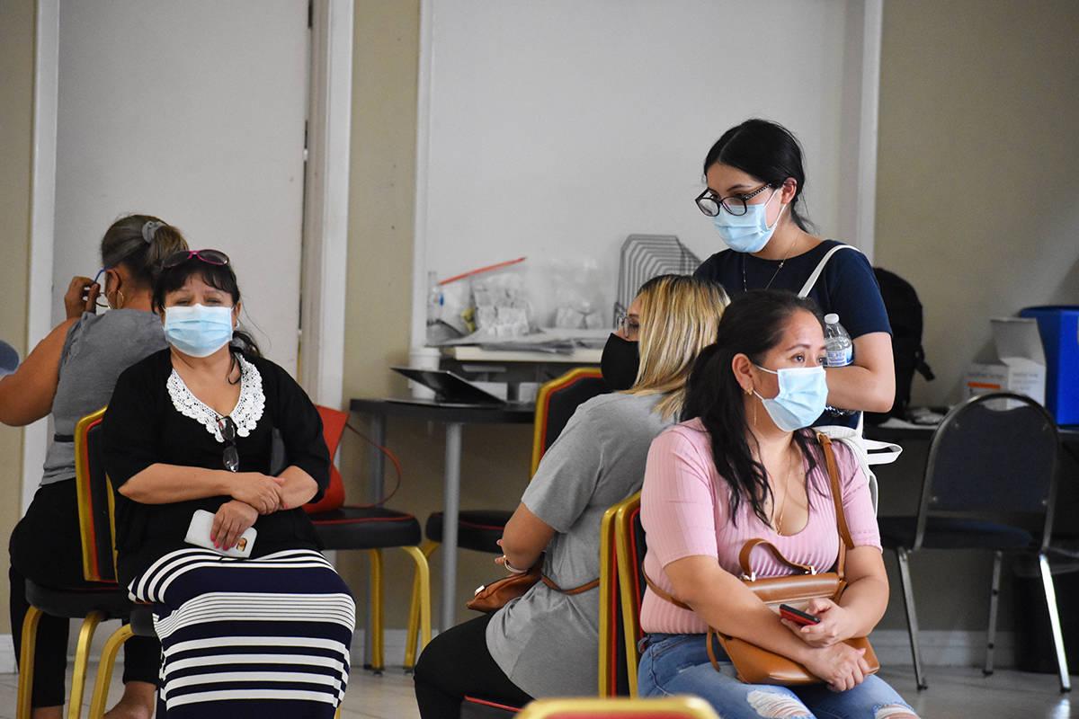 Cientos de personas acudieron a vacunarse. En la foto, algunas de las personas que esperaron co ...