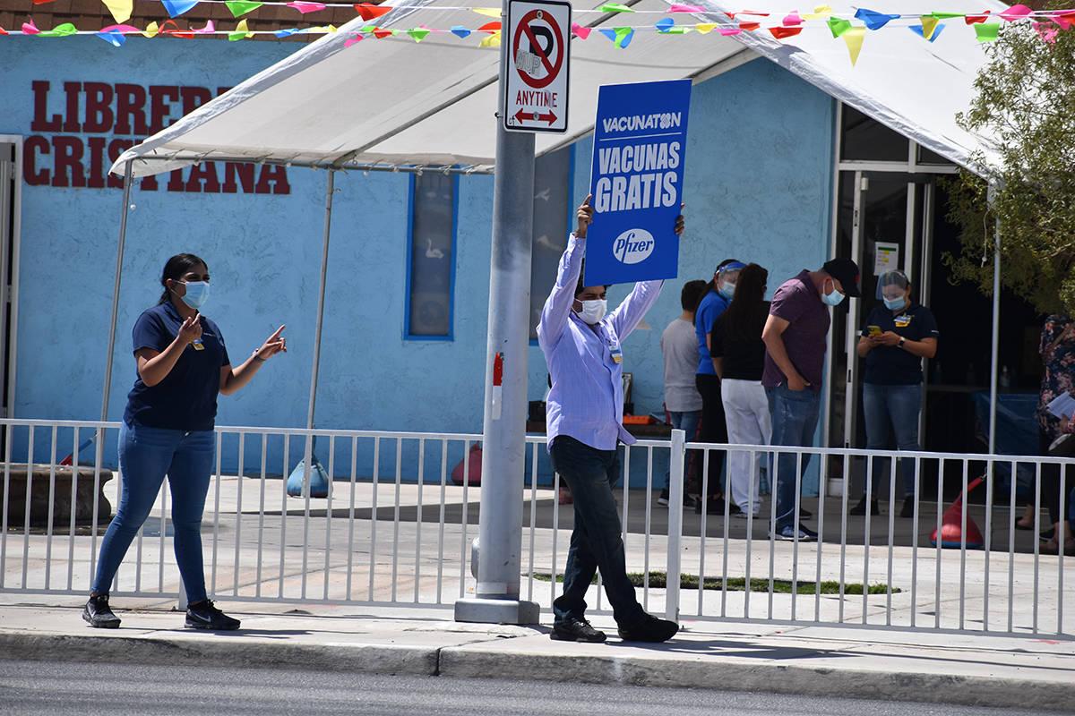 """Cientos de personas acudieron al """"Vacunatón"""". En la foto, voluntarios que invitaban a los ..."""