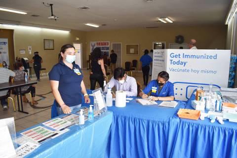 Cientos de personas acudieron al Vacunatón 2021. En la foto, los voluntarios que daban la bien ...