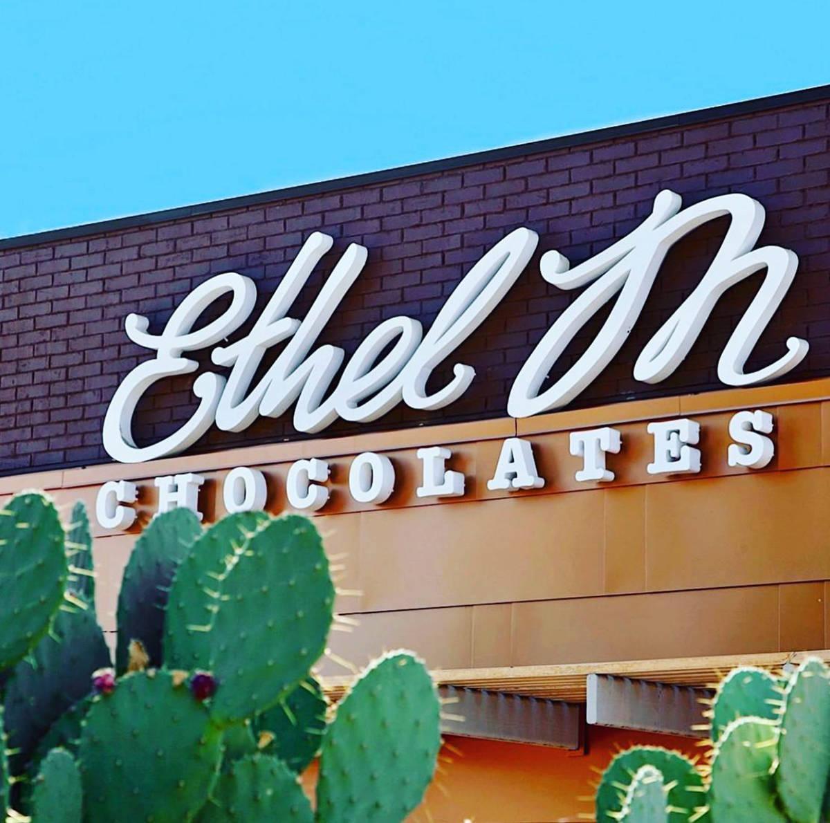"""Junto al Jardín de Cactus, la entrada de la fábrica de chocolates """"Ethel M"""". [Foto cortes ..."""